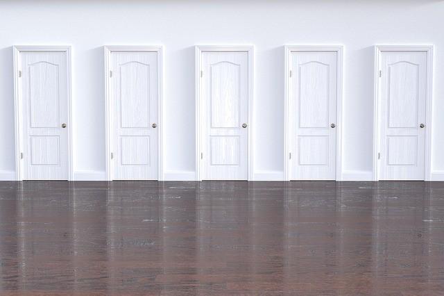 varias puertas de paso blancas