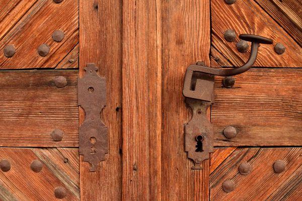 puertas y ventanas de madera viejas