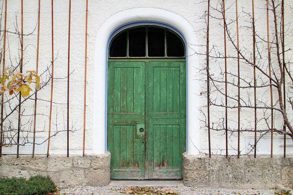 puertas de madera antiguas con rejas