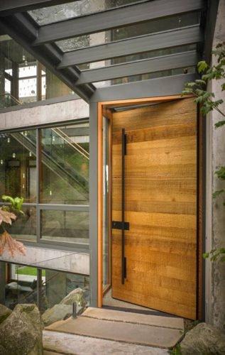 Puerta de calle de madera moderna estilo industrial nueva