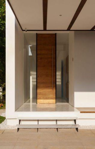 Puerta de calle de madera moderna con tirador vertical nueva
