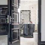 puertas de madera negra