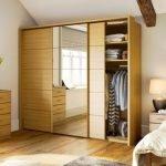 puerta de madera de armario